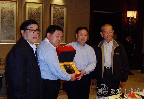 On April 2009, Mr Hsu, the Chairman, and Luo Qingquan, Secretary of the CPC Hubei Provincial Committee, presented gifts to each other.